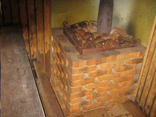 Ограждение  из кирпича для печи в сауне
