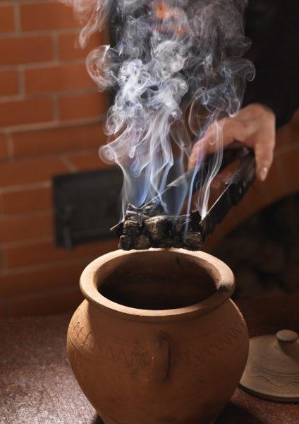 Простой способ сделать древесный уголь самому: вынуть угли из печи и оставить под плотной крышкой остывать