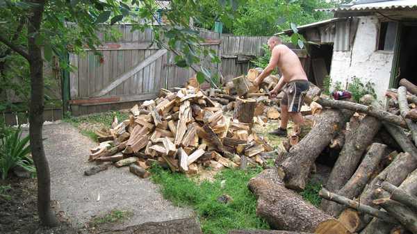 Как правильно колоть дрова:  колун застрял в чурбаке, разворачиваем и обухом объем по колоде