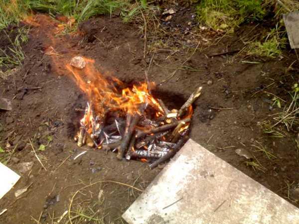 Простейший способ получения древесного угля — в ямах или кучах