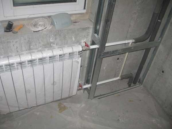 Чтобы спрятать трубы отопления в гипсокартон, нужно сначала собрать каркас