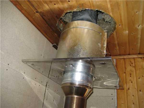 Результат нарушения правил прохода дымохода через потолок: слева от проходки через четыре протопки печи появилось значительное потемнение древесины
