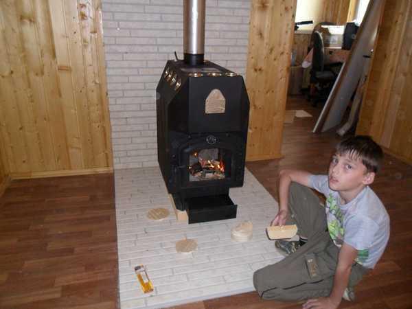 При установке печи на деревянный пол обязательно негорючее основание