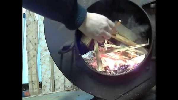 Сначала закладывают сухое быстро сгорающее топливо
