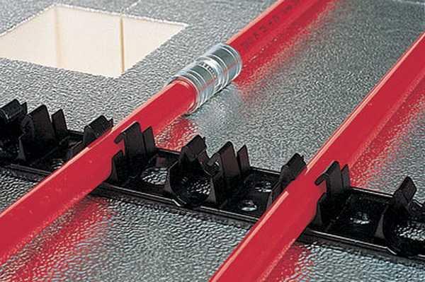 Крепить трубы можно при помощи монтажной ленты