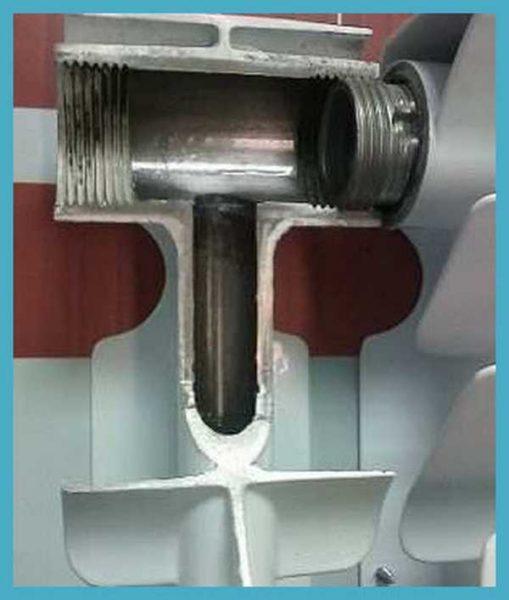 Так выглядит биметаллический радиатор изнутри: это стальной сердечник, на который наплавлены ребра из алюминиевого сплава