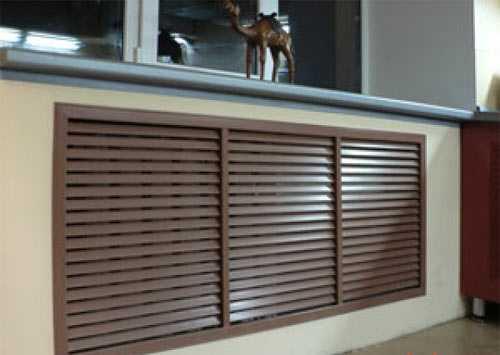 Плоская решетка из дерева  на радиаторы, спрятанные в нише
