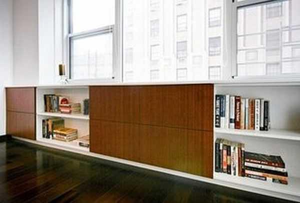 Такой шкаф высотой до подоконника и замаскирует батарею отопления и будет служить для хранения вещей
