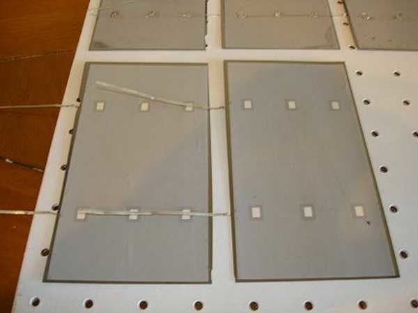 Лицевая сторона — синяя. На ней есть несколько дорожек (две или три) к которым нужно припаять проводники. Серая — это тыльная сторона. К ней потом припаивают проводники от идущей выше пластинки