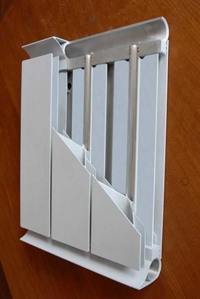 Герметичность соединения вертикальных и горизонтальных коллекторов обеспечивается двумя резиновыми кольцами