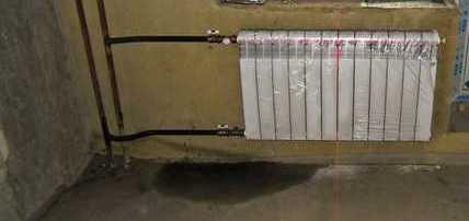 Так выглядит вертикальная двухтрубная система, подключение боковое (стояк подачи правее)