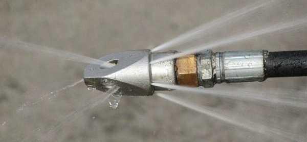 Есть специальная насадка, которая создает узкие сильные струи, которые разбивают даже многолетние накопления