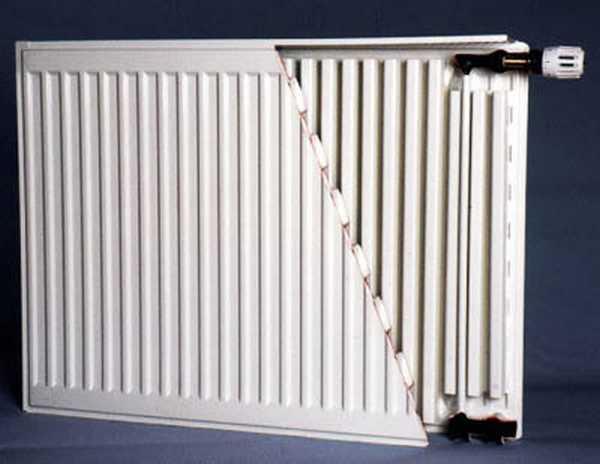 При выборе панельного радиатора с нижним подключением нельзя ошибиться в месте подключения подающего трубопровода