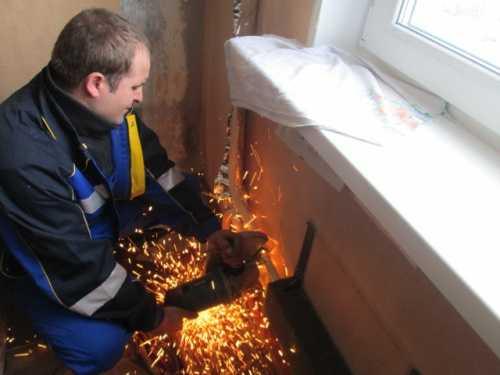 Иногда отсоединить старый радиатор можно только болгаркой или сваркой
