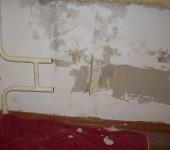 Сняв радиатор, нужно удалить крепеж и выровнять стену