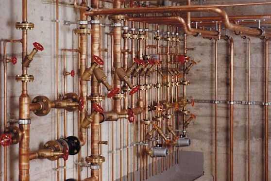 В паре с медными или медно-алюминиевыми радиаторами нормально работают медные, полипропиленовые армированные и металлопластиковые трубы