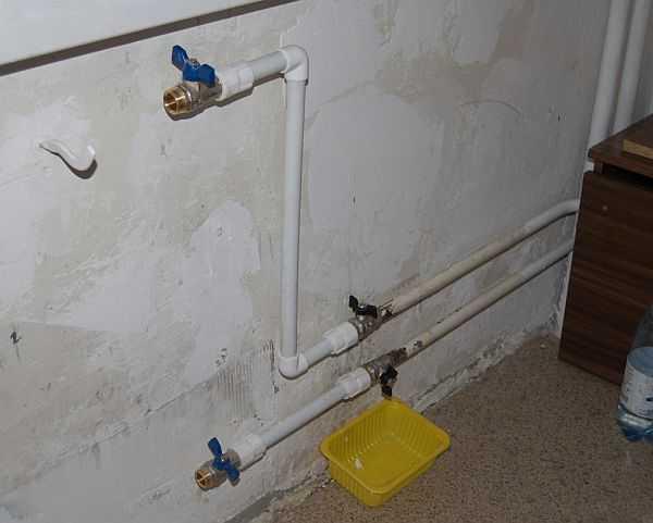 Если перед радиатором стоят шаровые краны, их закрывают, и радиатор снимают