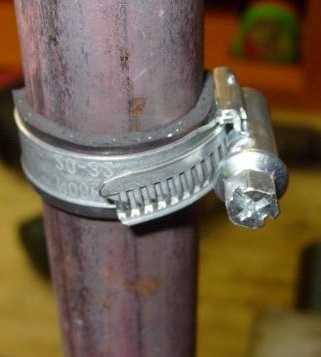 """Самый простой и быстрый способ """"вылечить трубу"""" - кусок резины и хомут. Вместо хомута можно использовать проволоку"""