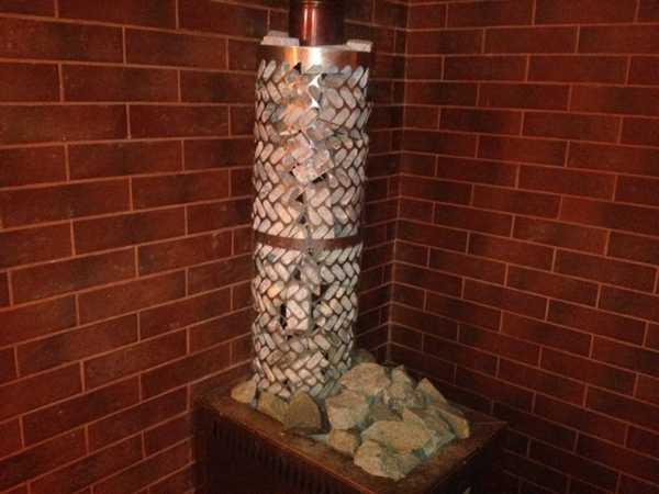Решение можно подсмотреть у банных печей: соорудить на трубе сетку для камней