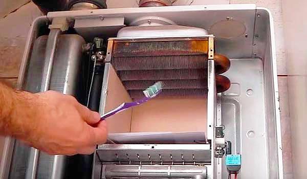 Наружную поверхность теплообменника можно очистить при помощи зубной щетки с жестким ворсом