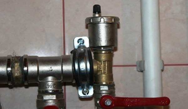 Чтобы спустить воздух с системы отопления было проще, во всех возможных точках образования воздушных пробок ставят воздухоотводчики - ручные или автоматические