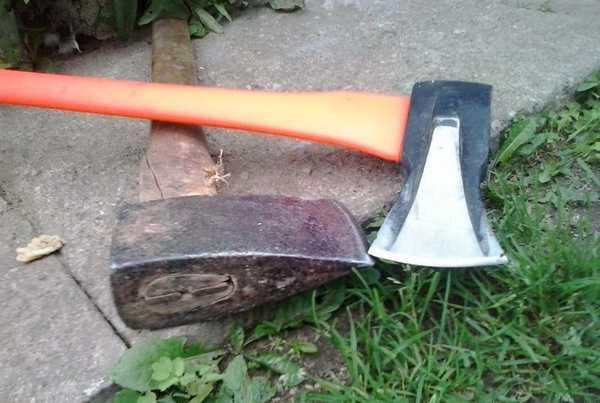 Колуны для дров: традиционный на деревянной ручке и созданный по последним технологиям с пластмасовой ручкой
