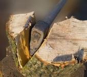 Как правильно колоть дрова . От большого чурбака проще откалывать части с краев