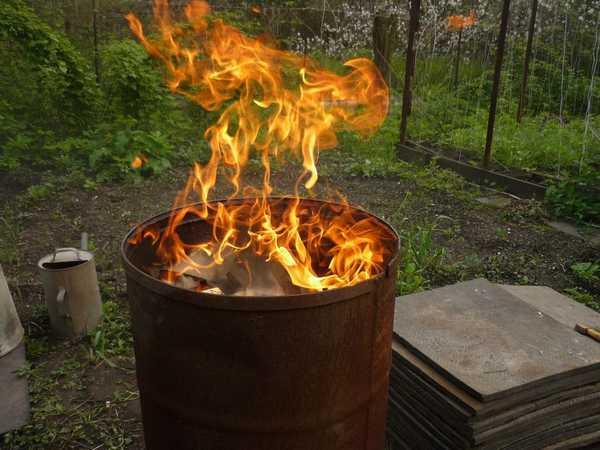 Выжигать древесный уголь можно в железной бочке