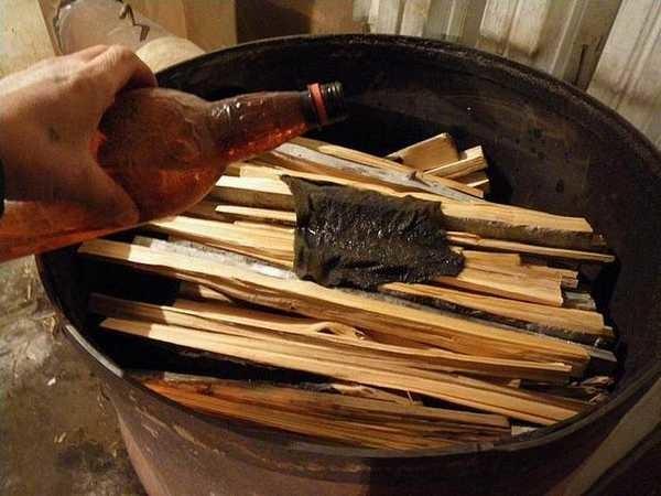 Сверху на закладку дров накладывают щепок, бумагу или ткань, пропитанную горючим веществом