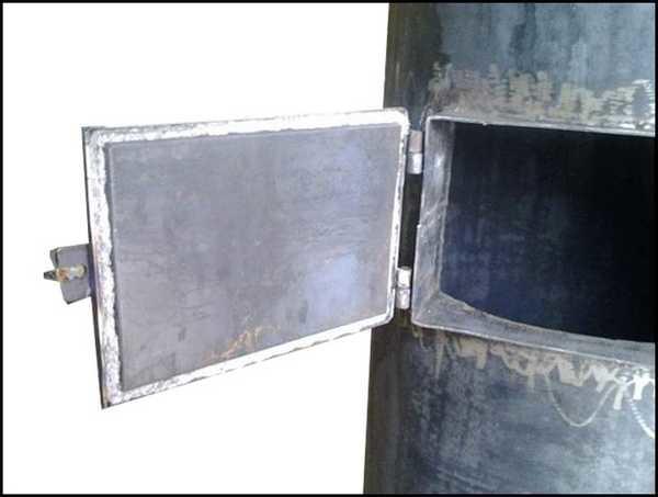В верхней части корпуса прорезаем дверцу для закладки топлива, привариваем дверцу