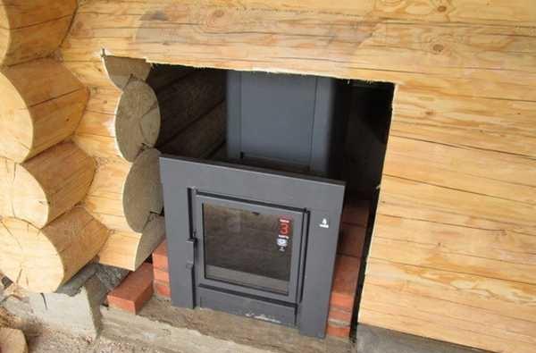 Для установки металлической печи с выносной топкой нужно в стене делать отверстие