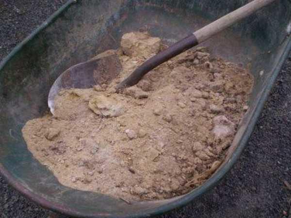 Песок просеивают через сито с мелкой ячейкой