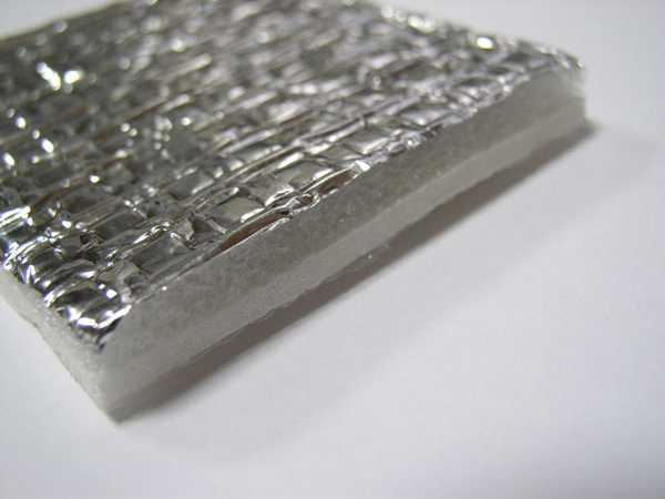 Теплоизоляцию лучше брать с металлизированым слоем, но не с фольгированным