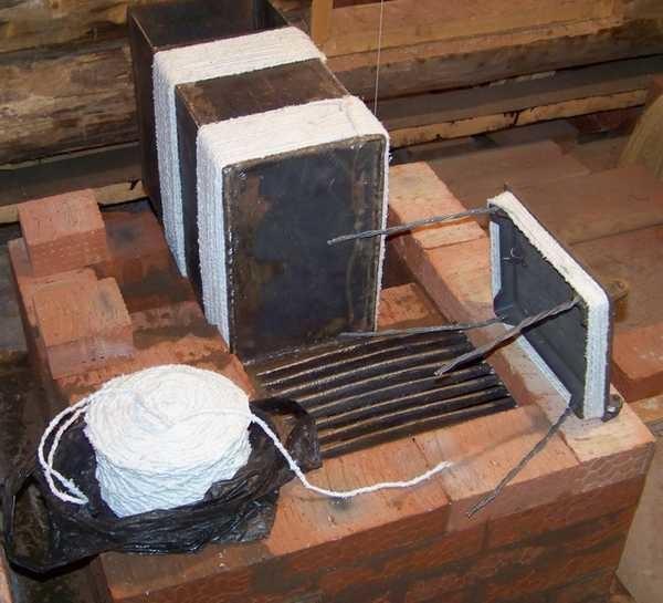 Для теплоизоляции печного литья раньше использовали асбестовый шнур. Теперь рекомендуют базальтовую вату или картон