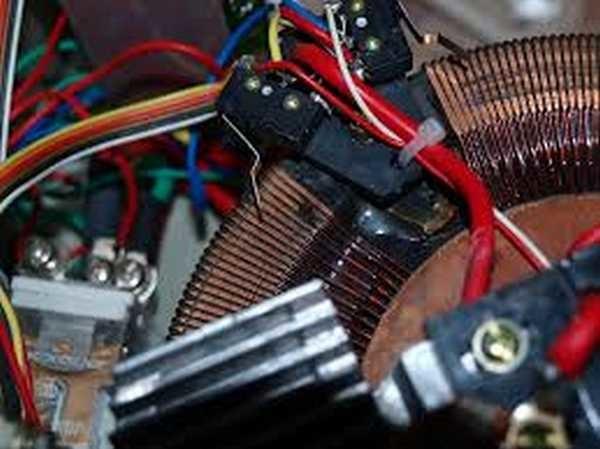 """В электромагнитных стабилизаторах по обмотке """"бегает"""" щетка или колесико"""
