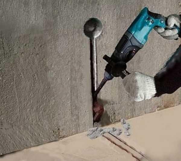 От места установки датчика в стене и полу делается штроба, в которую затем укладывается гофрированная труба. В нее будет опускаться датчик температуры пола