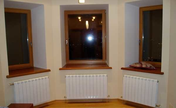 Если радиатор почти полностью перекрывает окно, это и смотрится более гармонично