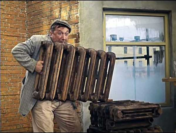 Только сильный человек может один носить чугунные батареи