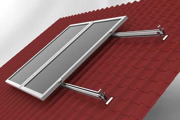 Устанавливать солнечную батарею нужно на расстоянии 5-15 см от кровельного материала на специальных направляющих