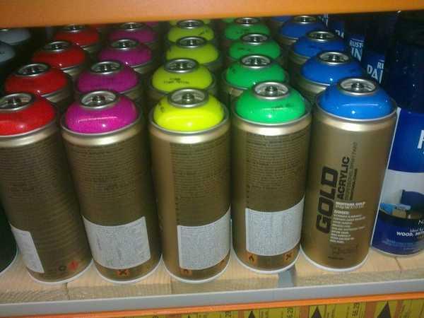 Использовать можно краски в баллончиках. При определенной сноровке они наносятся ровно, но перед работой нужно все вокруг закрыть старыми обоями или газетами