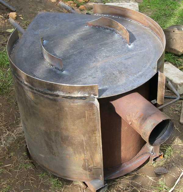 Это печка лежит на боку: кожух не сплошной, внизу и вверху есть приличные зазоры