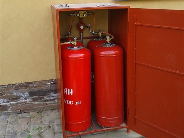В уличном шкафу размещены четыре газовых баллона ёмкостью 50 литров и газобаллонная установка. При закрытом шкафе исключается случайное падение баллонов