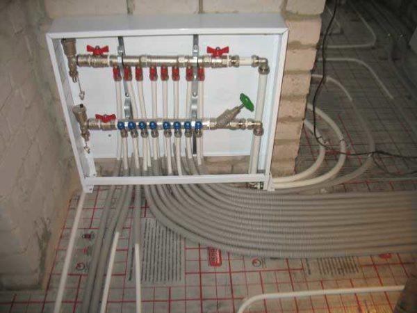 В системах отопления с теплым водяным полом, удалять воздух сложнее: контура длинные. Чтобы выгнать воздух из системы, необходимо поочередно прогнать каждый контур