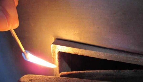 Самый простой способ проверить наличие тяги в дымоходе - поднести горящую спичку или свечу