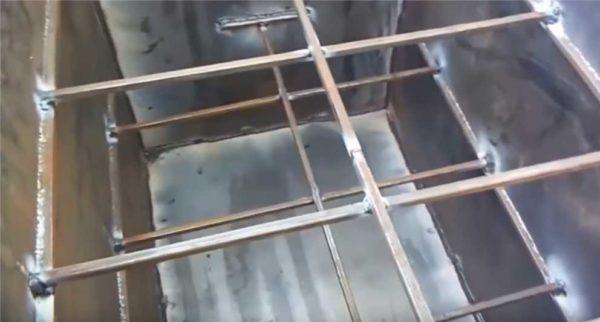 Вот такие стяжки внутри теплоаккумулятора - для того чтобы стенки не выдавливались водой