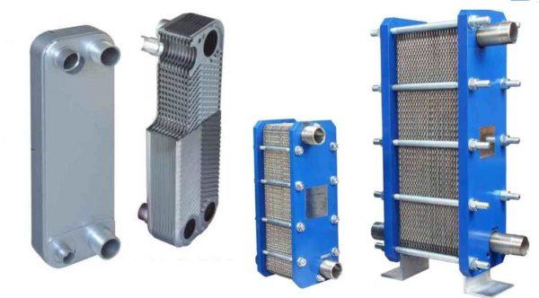 Два вида пластинчатых теплообменных устройств - паяный (слева) и разборной (справа)