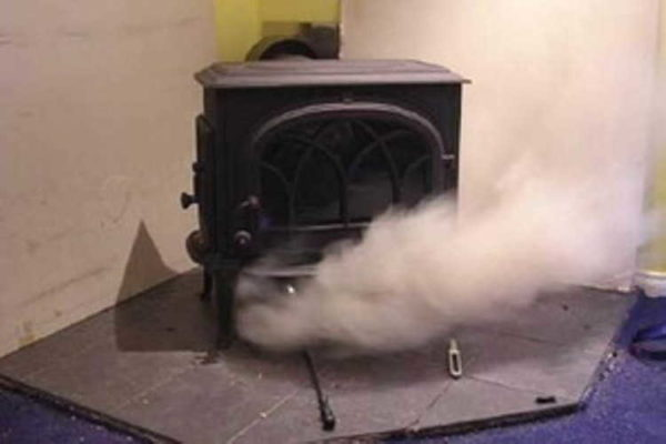 Если в помещении гуляют сквозняки, будут проблемы с удалением дыма