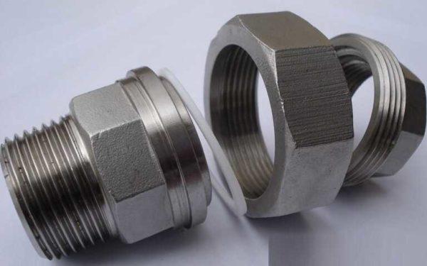 Соединение-американка состоит из двух фитингов с нанесенной резьбой и накидной гайки