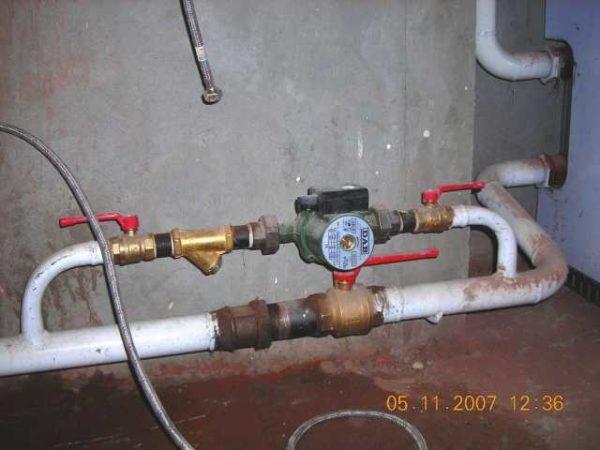 В системах отопления, которые должны работать и на естественной и на принудительной циркуляции, для установки циркуляционного насоса ставят байпас