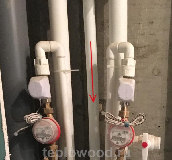 Кроме труб большого диаметра подающих холодную и горячую воду, присутствует труба меньшего диаметра - это обратка ГВС